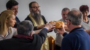 Традиционално подизање славске погаче