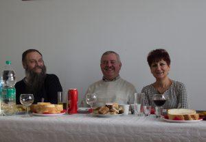 Свештеник Будимир Галамић, кум и кума крсне славе Велимир Драгељ и Марија Драгељ